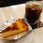156268930 - アイスコーヒーと焼きチーズタルトのケーキセット
