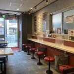 餃子伝説総本舗 - 店内はきれいに整えられている。席間衝立もあり。