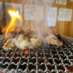 ホルモン鶴松 - 煙が立ち込めます