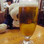 GRILL1930 つばめグリル - まずボキはビール・・・っと。生ビール(小)484円。 ボキは今日よく頑張ったよ!お疲れ、ボキ~  ちびつぬ「お疲れさま~」