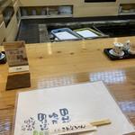 156338196 - お店の真ん中にドーンと生簀が!!