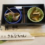 156338197 - お突き出しはばい貝の煮付け、茎わかめとイカの酢の物。