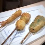 串匠 - 揚げたての「串揚げ」は7本出されます。 ◆「小さめの天然海老」「ピーマン」「うずら玉子」
