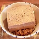島豆腐と、おそば。真打田仲そば - 島豆腐アップ。:+((*´艸`))+:。