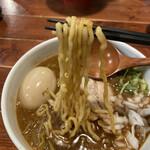 156345224 - 中太のちぢれ麺。モチモチして美味しいです。スープとよく絡みます(๑•̀⌄ー́๑)b