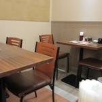 菊正宗おみき茶屋 - 店内はテーブル席中心、私は一人だったんで一番奥の席でランチをいただきました。