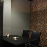 濱田屋 焼肉 ホルモン 五代目 市郎右衛門 - 少人数でご利用頂ける個室にはソファも。お子様連れのご家族にもオススメの空間です。