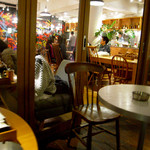 ジンナンカフェ - テラス席から撮影した店内