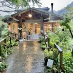 ボワ ジョリ - あちこちに動物のオブジェが飾られたフレンチ・カントリーの可愛いカフェ