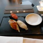 156372126 - 北欧イクラの軍艦巻き、愛媛県産のカンパチ、穴子の握り寿司です。
