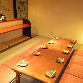 落ち着いて話せる半個室、離れの完全個室もあります。