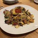 カスターニエ 軽井沢ローストチキン - 夏野菜と農家のベーコンスパゲティ。