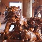 屋久どん - トラの彫刻が、お出迎え