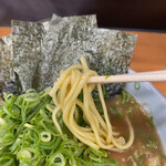 横浜らーめん 武蔵家 - スープは油少な目のお陰か?マイルドで食べやすい。ツルツルと麺は胃袋に吸い込まれていきます。