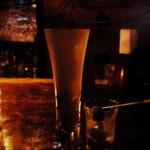 15643650 - シュッとしたグラスが印象的なマティーニ。オリーブはショットグラス。