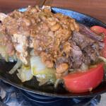 エルトリート - チキン&ビーフファヒータ(チリビーンズソースがけ)2490円税別、以下全て外税表記、固形燃料で熱されてるのでいつまでも熱々で食べられる。