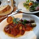 ラテ グラフィック - ガーリックステーキ、グリル野菜とベーコンエッグサラダ