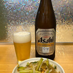 ぎょうざの満洲 - びんビール 中瓶+蒸し鶏と秘伝豆のサラダ