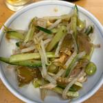 ぎょうざの満洲 - 蒸し鶏と秘伝豆のサラダ