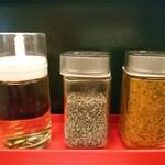 辛いラーメン14 - 卓上の調味料