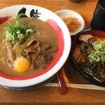 徳島ラーメン人生 - 料理写真:「人生セット」は徳島ラーメンとチャーシュー丼のセット(税込990円)