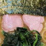 横浜ラーメン 一心 - チャーシューはモモのスモークが2枚。