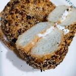 UPINN CAFE - クリームチーズのベーグルサンド¥400。ベーグルの生地がオニオン風味の「エブリシング」をチョイス!塩気とチーズがマッチして美味しい( ´∀`)