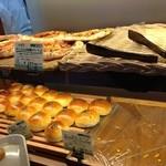 フォルナイオ - 棚に並ぶパン