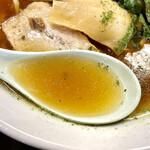 鈴ひろ庵 - スープはあっさり醤油味。 にんにく臭さは感じません。