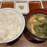 鉄板焼き 寿々の助 - 定食にはご飯・味噌汁付き、ステーキのタレは左からおろし、山葵、醤油
