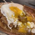 鉄板焼き 寿々の助 - 雪崩のようにトロけて肉、ソースと一体化する卵、トッピングしてよかった。