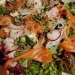 足袋のTOBICHI - 自家製スモークサーモンとアボカドのサラダ♪