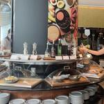カスケイドカフェ - 柱の周りはサラダ・チーズコーナー
