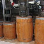 15664140 - 入口横に置いている樽。