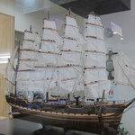 15664142 - 店内に飾られている艀船