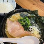 つけ麺 中華そば 方円 - 料理写真:中華そば 家系ラーメン みうら家 850円