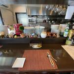 Chez mon ami - カウンターより厨房を見る。