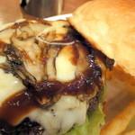 ザ・ビートダイナー - 【再訪2012年11月】上のバンズを取ると舞茸とチーズが絡みあってます。