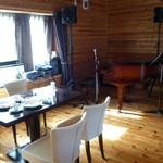 カフェ ド カトルセゾン - 店内(テーブルとピアノ・・・)