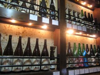酒菜家 池袋店 - 階段にはびっしり一升瓶のディスプレイが!