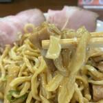 156691542 - ゴロゴロチャーシューと太麺を絡めて食べます