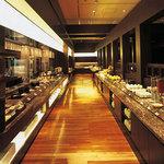 ル・タン - 出来たての料理が並ぶブフェカウンター