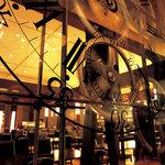 ル・タン - ル・タン(le temps)=「時」を象徴する大きな時計のオブジェが目印