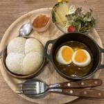 アルペンジロー - モーニング500円税込、キーマカレー、自家製パン、ボイルドエッグ、サラダ(フルーツ付き)、コーヒー&紅茶