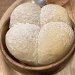 アルペンジロー - 熱々の焼き立てパン、もっちりした生地、カレーに付けて食べると最高に美味い。