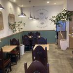 アルペンジロー - カレー屋とは思えない綺麗さ、カフェのよう