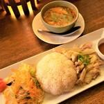 タイ料理 スワンナプームタイ - カオマンガイとトムヤムスープ