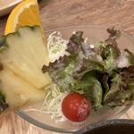 アルペンジロー - 葉っぱのちょっとしたサラダとフルーツ