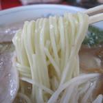 南京ラーメン 黒門 - 折り畳むように美しく盛られた白い麺。中太で滑らか。素麺や冷麦のような弾力です。