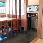 蕎香 - 店内中央のテーブル
